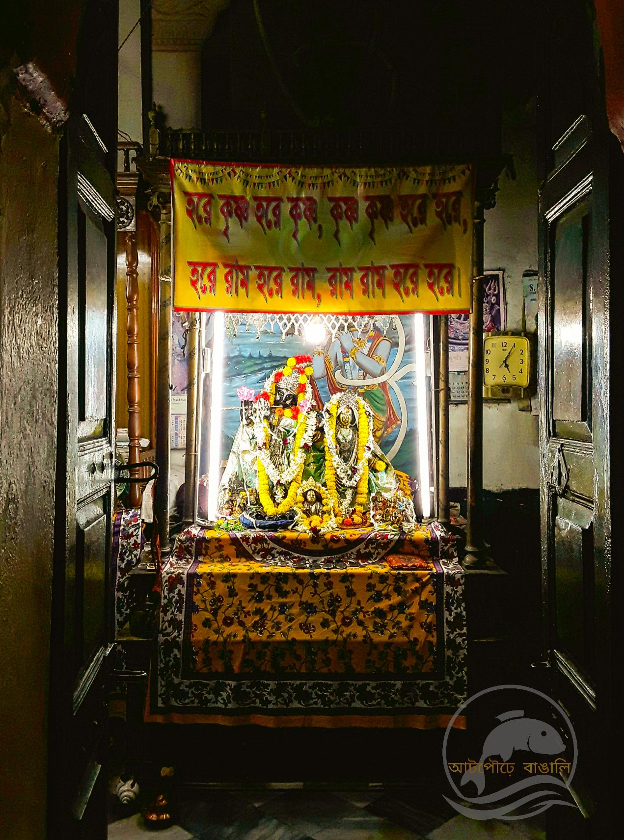 বাওয়ালীর মণ্ডলদের প্রতিষ্ঠিত বড় রাসবাড়ির রাধা-মদনমোহন বিগ্রহ
